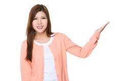 Donna asiatica con la mano che mostra segno in bianco Fotografia Stock