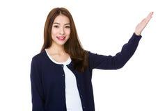 Donna asiatica con la mano che mostra segno in bianco Fotografia Stock Libera da Diritti
