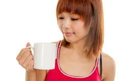 Donna asiatica con la tazza di caffè Fotografia Stock Libera da Diritti