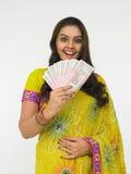 Donna asiatica con soldi indiani fotografie stock
