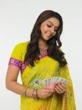 Donna asiatica con soldi indiani immagini stock