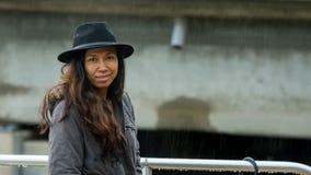 Donna asiatica con sorridere del parka e black hat fotografia stock
