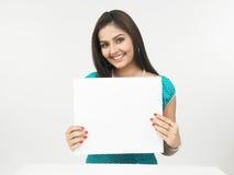 Donna asiatica con un cartello in bianco fotografia stock