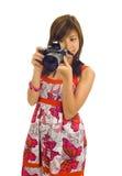 Donna asiatica con una macchina fotografica digitale Immagine Stock