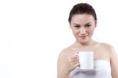 Donna asiatica con una tazza che osserva alla macchina fotografica immagini stock libere da diritti