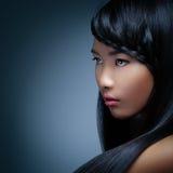 Donna asiatica con una treccia fotografie stock