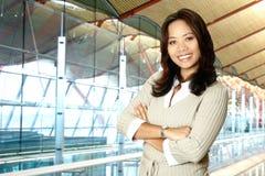 Donna asiatica in costruzione moderna immagini stock