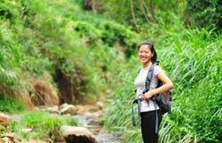 Donna asiatica d'escursione in buona salute Fotografie Stock Libere da Diritti