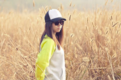 Donna asiatica da solo nella natura fotografie stock