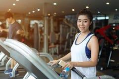 Donna asiatica del bello ritratto che pareggia e che corre Immagine Stock