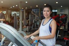 Donna asiatica del bello ritratto che pareggia e che corre sulla pedana mobile Fotografia Stock