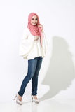 Donna asiatica del malay che posa con l'abbigliamento musulmano fotografia stock libera da diritti