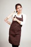 Donna asiatica del panettiere nel punto del grembiule al matterello di legno Immagini Stock