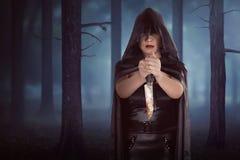 Donna asiatica della strega che tiene coltello sanguinoso Fotografia Stock Libera da Diritti