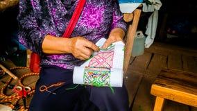 Donna asiatica della tribù della collina che ricama artigianato tradizionale fotografia stock libera da diritti