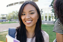 Donna asiatica dello studente felice che sta all'aperto Fotografia Stock Libera da Diritti