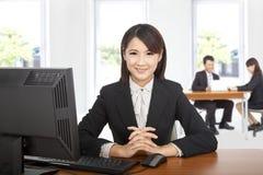 Donna asiatica di affari alla scrivania Fotografia Stock