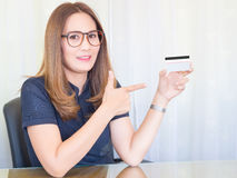 Donna asiatica di affari che lavora nell'ufficio e mostri le carte di credito Finanziario delle donne, concetto Immagini Stock Libere da Diritti