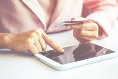 Donna asiatica di affari che per mezzo del computer portatile per l'acquisto online Immagini Stock Libere da Diritti