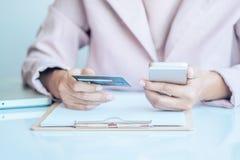 Donna asiatica di affari che per mezzo del computer portatile per l'acquisto online Fotografia Stock Libera da Diritti