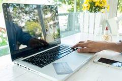 Donna asiatica di affari che per mezzo del computer portatile per l'acquisto online Fotografia Stock