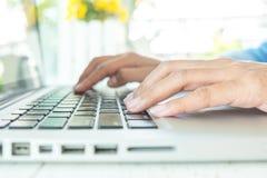 Donna asiatica di affari che per mezzo del computer portatile per l'acquisto online Immagine Stock Libera da Diritti