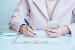 Donna asiatica di affari che per mezzo dello Smart Phone per l'acquisto online Immagine Stock