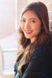 Donna asiatica di affari con il fronte sorridente Fotografia Stock Libera da Diritti