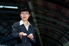 Donna asiatica di affari con la scheda chiamante Fotografia Stock Libera da Diritti