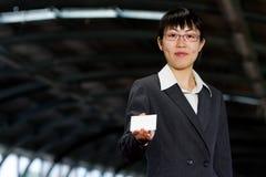 Donna asiatica di affari con la scheda chiamante Immagini Stock