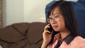 Donna asiatica di affari del ritratto che parla sullo smartphone archivi video