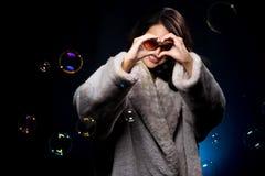 Donna asiatica di modo di bellezza di sig.na nell'inverno grigio della pelliccia fotografia stock libera da diritti