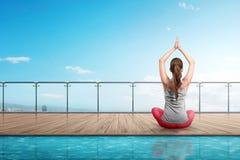 Donna asiatica di retrovisione che fa yoga sul pavimento di legno Fotografia Stock Libera da Diritti