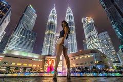 Donna asiatica e costruzioni moderne Fotografia Stock