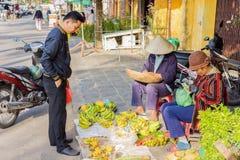 Donna asiatica ed uomo che vendono i caschi di banane Fotografia Stock Libera da Diritti