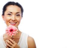 Donna asiatica felice che tiene una gerbera rosa Fotografia Stock Libera da Diritti