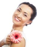 Donna asiatica felice che tiene una gerbera rosa Fotografie Stock