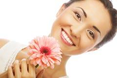 Donna asiatica felice che tiene una gerbera rosa Immagine Stock