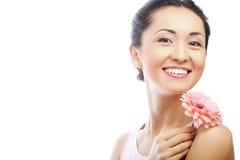 Donna asiatica felice che tiene una gerbera rosa immagini stock libere da diritti