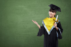 Donna asiatica felice con il cappuccio di graduazione e certificato che mostra il co Immagine Stock Libera da Diritti