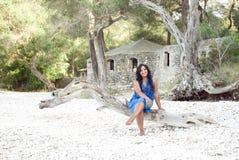 Donna asiatica felice sulla spiaggia fotografie stock libere da diritti