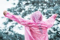 Donna asiatica in impermeabile rosa Fotografia Stock