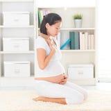 Donna asiatica incinta con la nausea Fotografie Stock Libere da Diritti