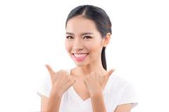 Donna asiatica isolata su priorità bassa bianca L'Asia razza mista casuale Fotografie Stock