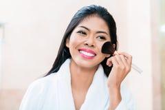 Donna asiatica nell'applicazione del trucco Fotografia Stock Libera da Diritti