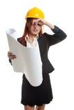 Donna asiatica provata dell'ingegnere con i modelli Fotografia Stock