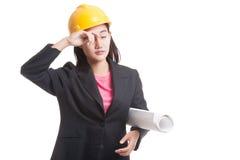Donna asiatica provata dell'ingegnere con i modelli Fotografia Stock Libera da Diritti