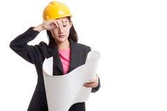 Donna asiatica provata dell'ingegnere con i modelli Immagini Stock