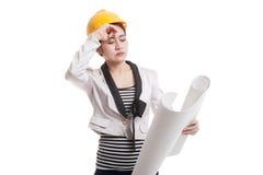 Donna asiatica provata dell'ingegnere con i modelli Fotografie Stock Libere da Diritti