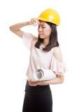 Donna asiatica provata dell'ingegnere con i modelli Immagine Stock Libera da Diritti